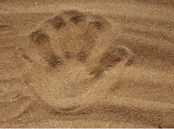 Handabdruck im Sand