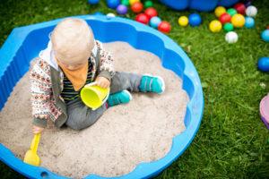 Junge spielt in Sandmuschel