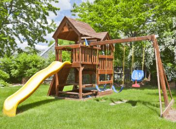 Großer Sandkasten mit Spielhaus im Garten